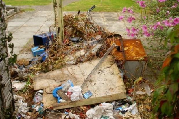Śmietnik ze śmieciami