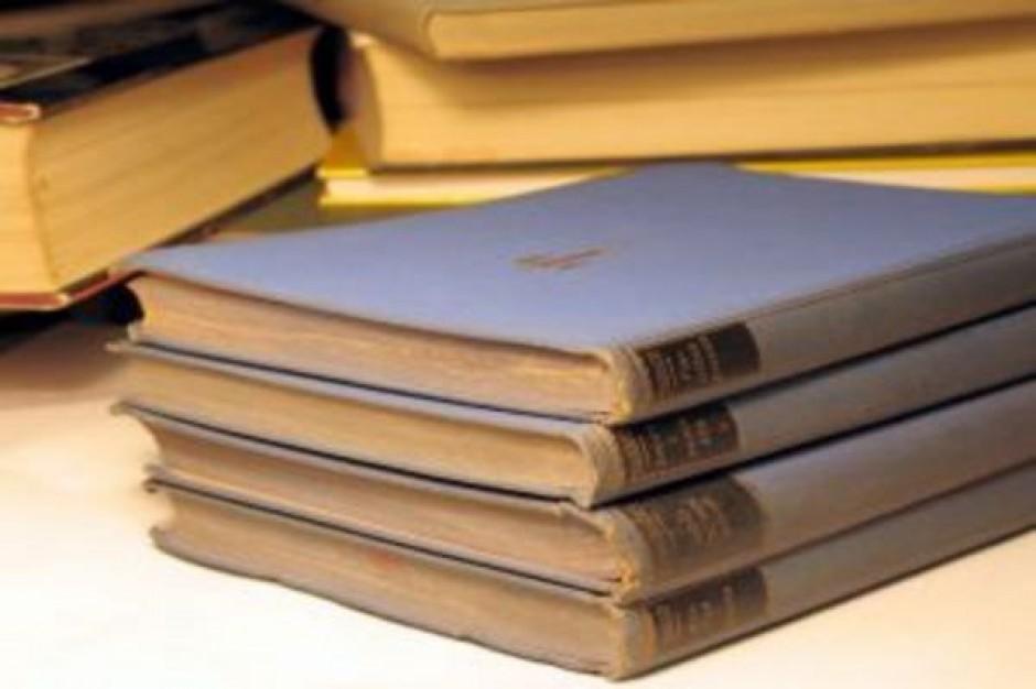 Gminy muszą zapewnić nauczycielom książki do zajęć