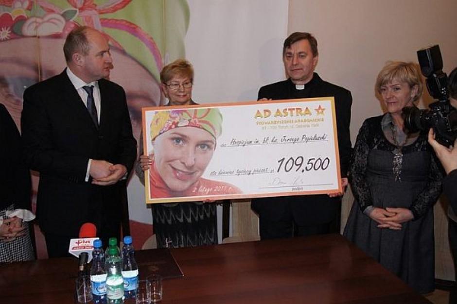 Marszałek przekazał czek dla hospicjum