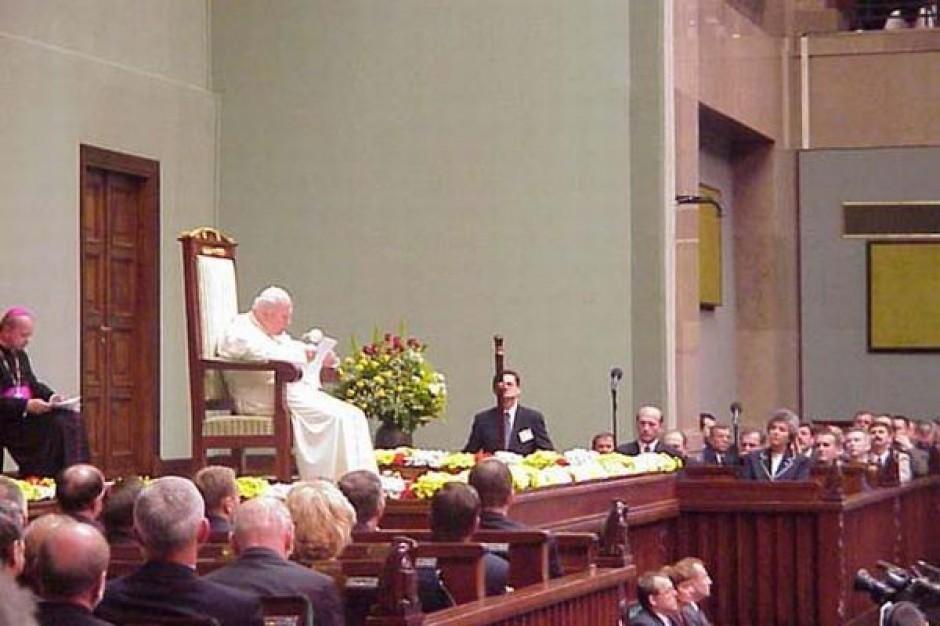 Problem warszawskich radnych: co upamiętnić - wolne wybory, czy wizytę Jana Pawła II?