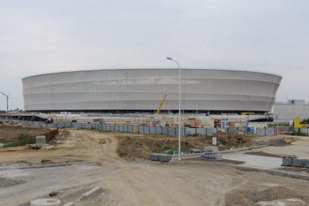 Montują murawę na wrocławskim stadionie