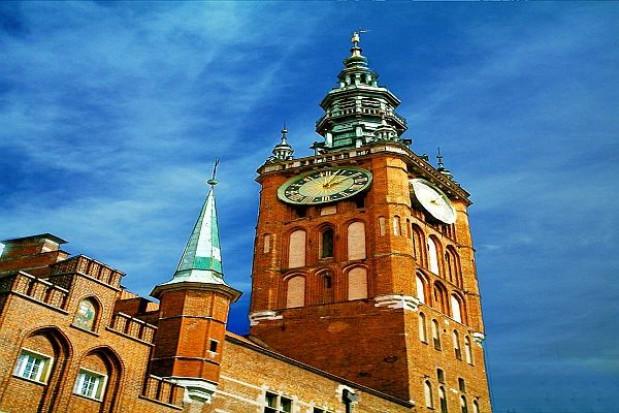 Na gdański ratusz wraca po konserwacji szczyt hełmu wieży