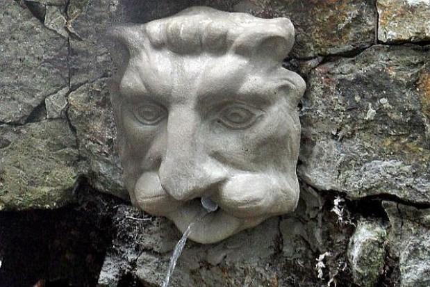 Rzeźba głowy lwa na swoim miejscu