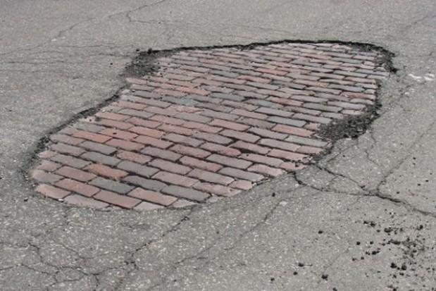 Dziury na ulicy Topolowej w Mierzynie