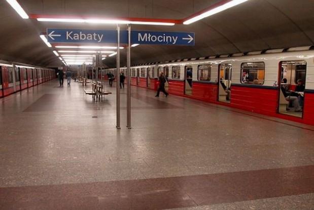 Montaż guzków na stacji metra Politechnika