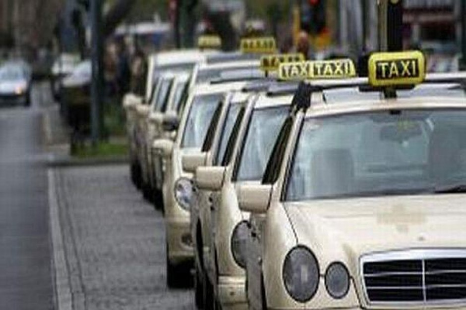 Taksówkarze chcą więcej za trzaśnięcie drzwiami