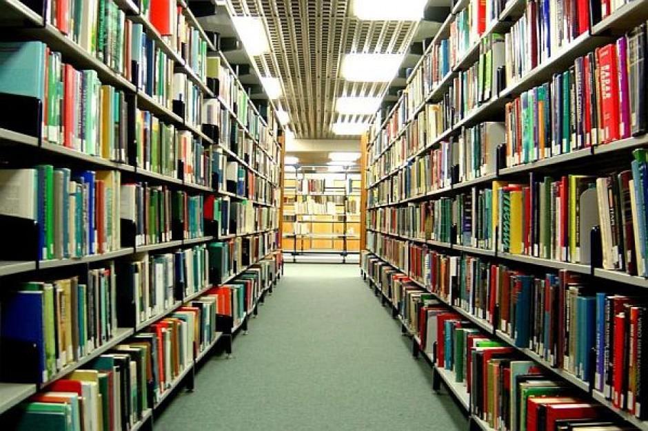 Śremska biblioteka dostała laptop, rzutnik i komputery