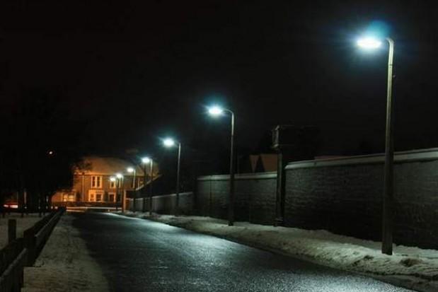 Hybrydowe latarnie oświetlają gminę