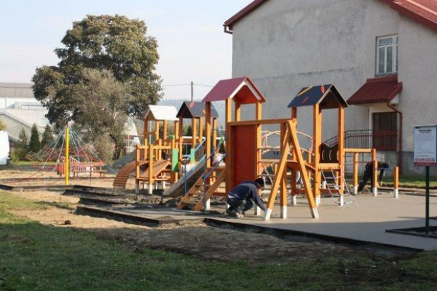 Nowe place zabaw w sanockich szkołach