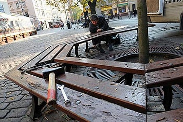 Toruńskie ławeczki w naprawie
