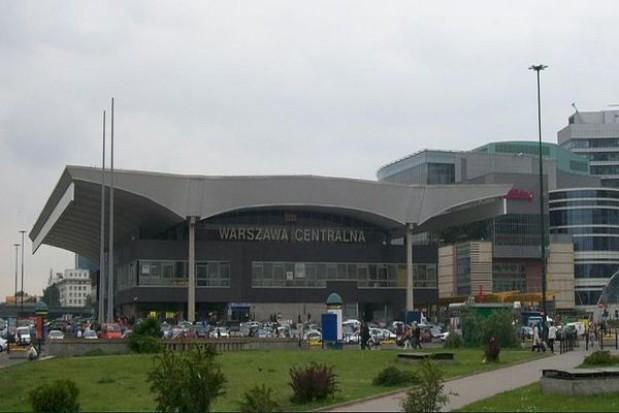 Warszawski dworzec zakryty reklamami
