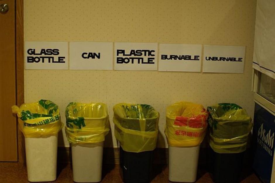 Dzieci uczą segregować śmieci