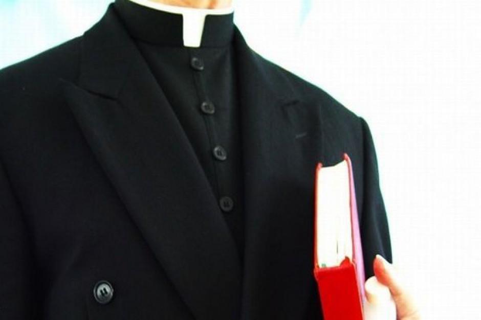 Wgląd do kościelnej kasy i portfeli księży