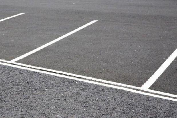 Nowy parking przy byłym obozie