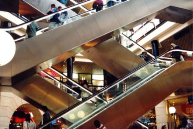 Zabezpieczają wykop pod planowane centrum handlowe we Wrocławiu