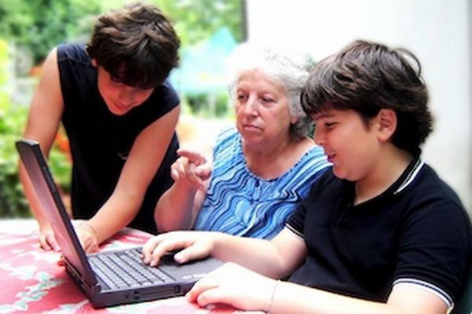 77 proc. osób po 50-tce nie korzysta z internetu