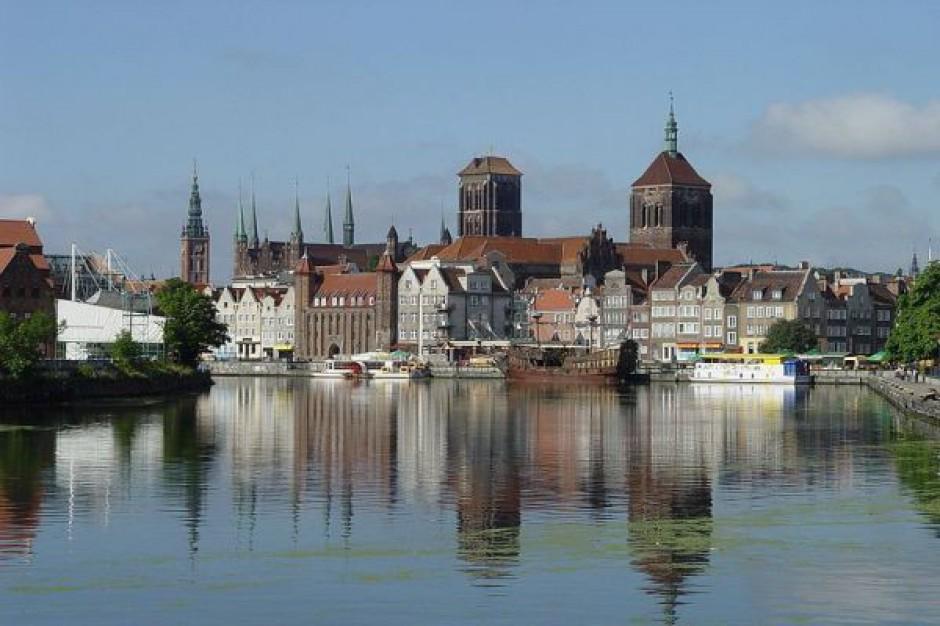 Kibice i turyści zwiedzą gdańskie dzielnice