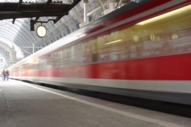 Zmodernizowany pociąg typu EN57 na trasie Łódź - Piotrków
