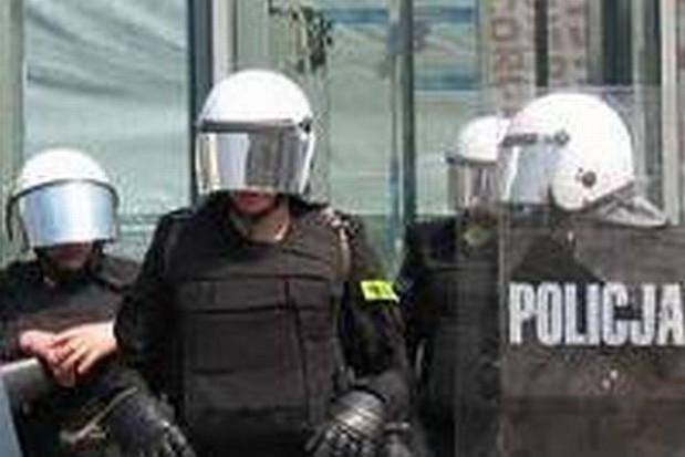 Policjanci podczas starć będą płakać