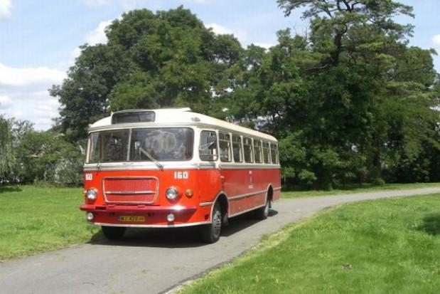 Zabytkowy autobus czeka na turystów