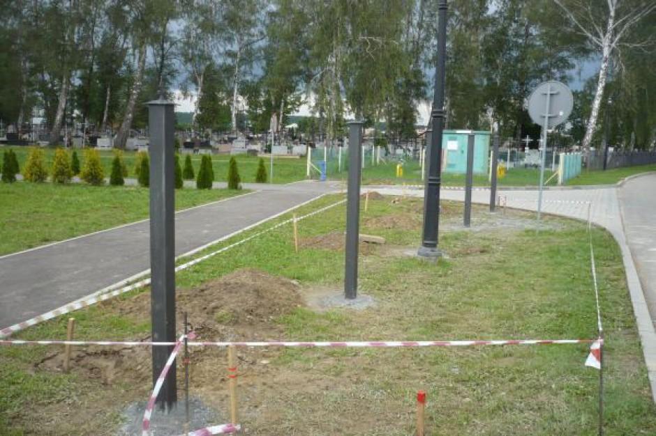 Budują ogrodzenie na cmentarzu w Jedliczu
