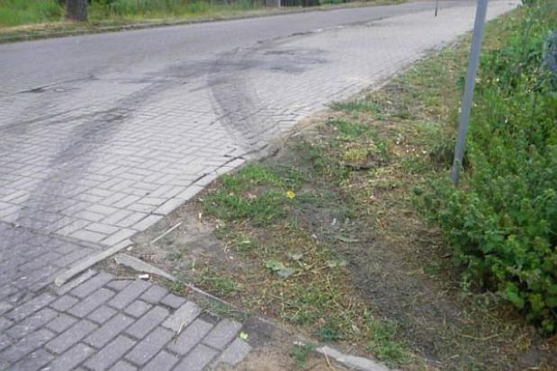 Niszczenie ulicy Topolowej w Mierzynie
