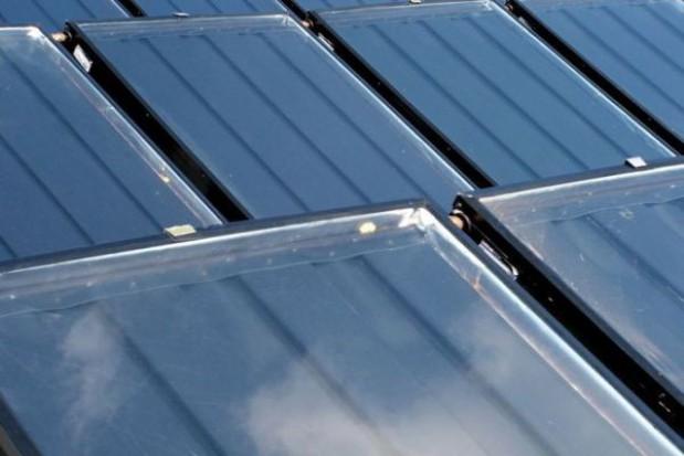 Solary ogrzeją im wodę w basenie
