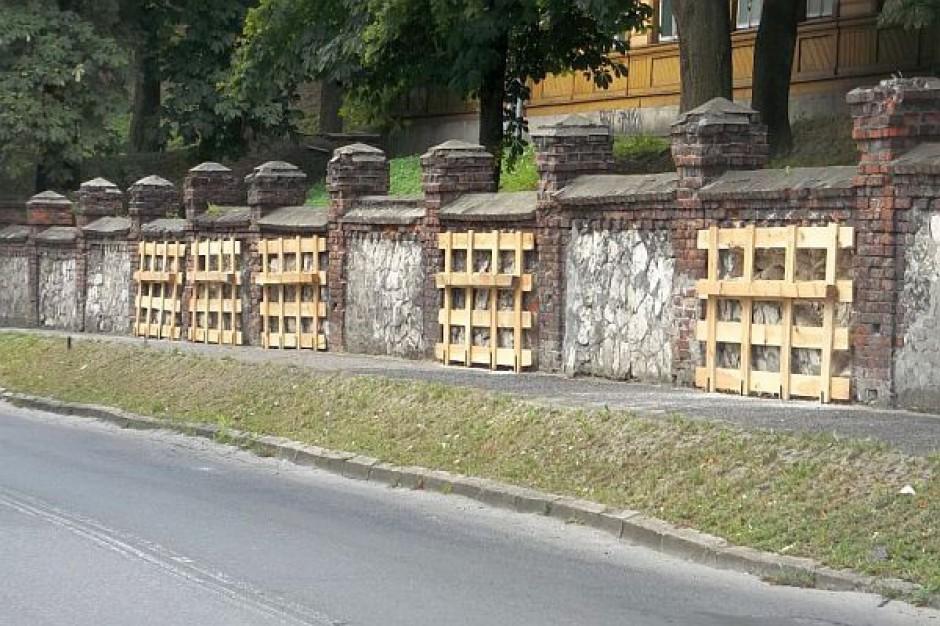 Drewniane ramy na licealnym murze