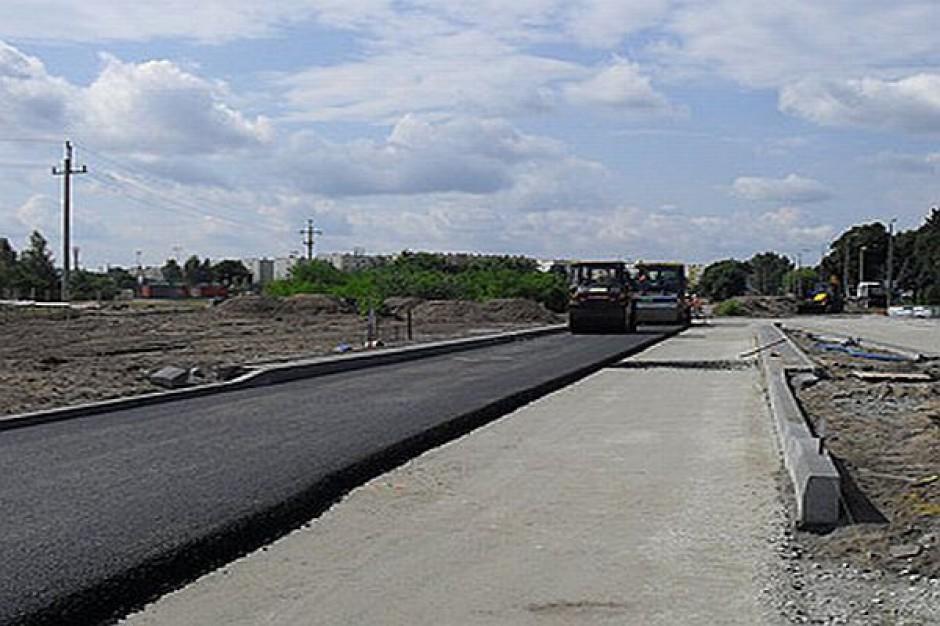 W Toruniu leją asfalt i układają kostkę