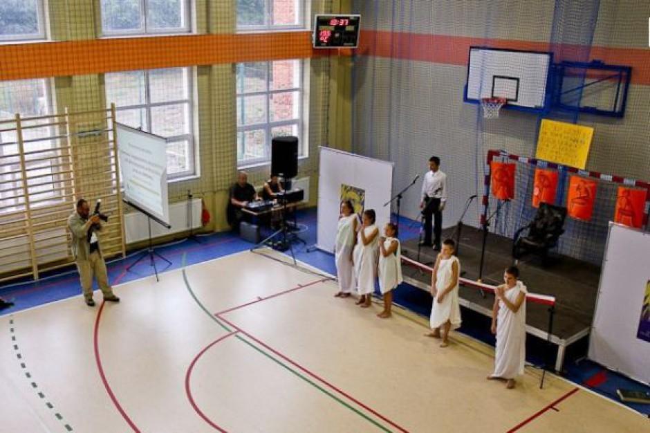 Wiejska szkoła z nowoczesną salą gimnastyczną