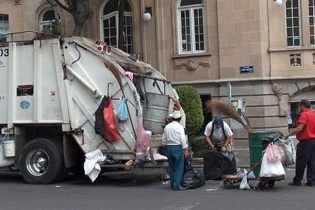 Śmieciarka z kierownicą po prawej stronie