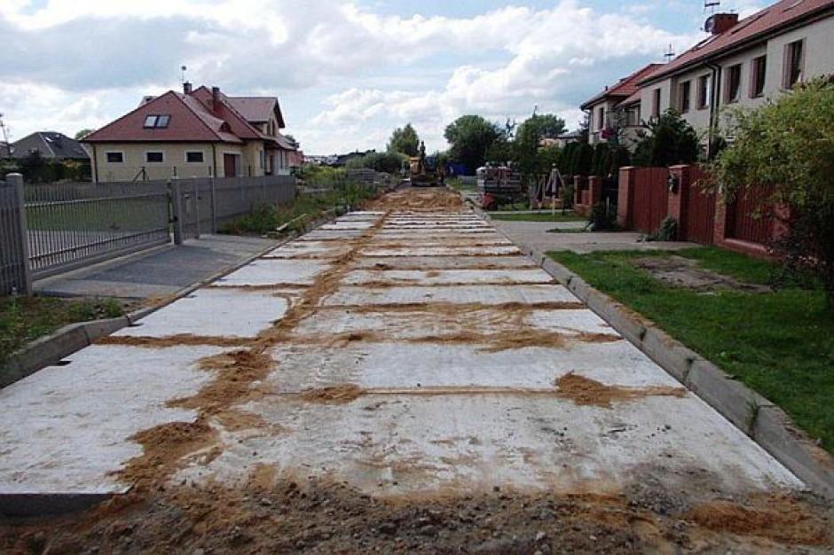Mierzyn: płyty na ulicy Wykopaliskowej