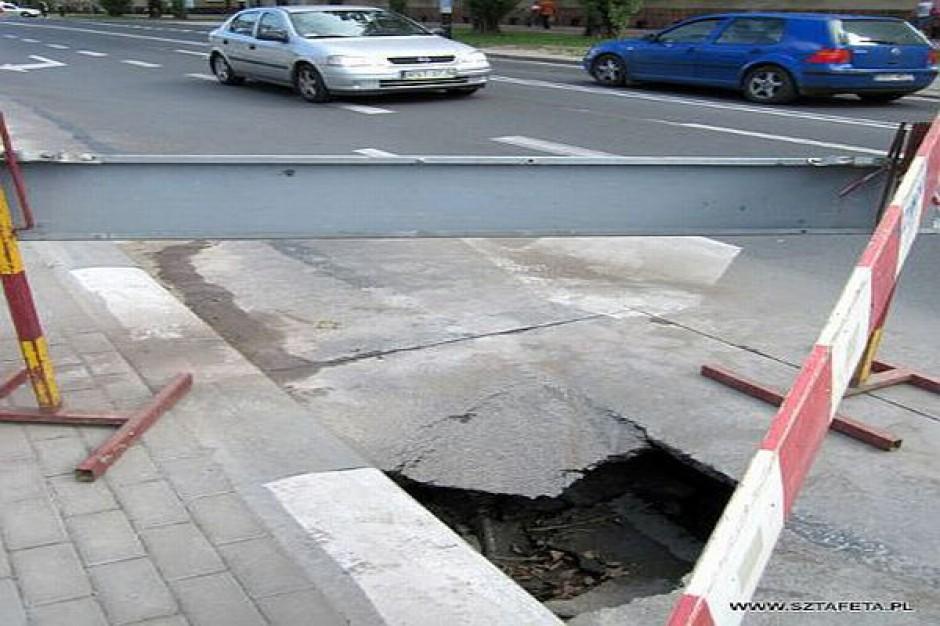 Wielka dziura w ulicy ks. Popiełuszki w Stalowej Woli