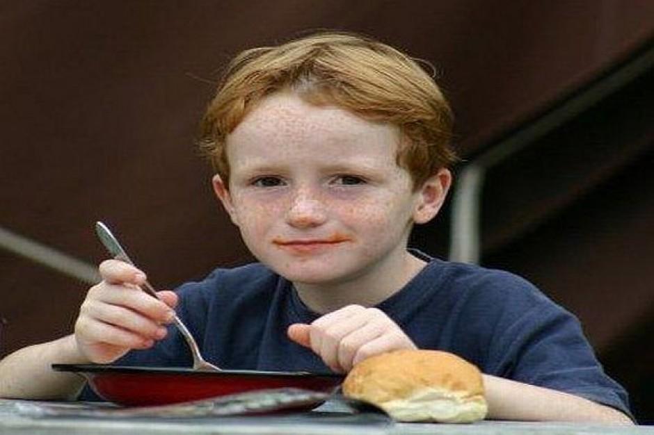Samorządy oszczędzają na obiadach szkolnych