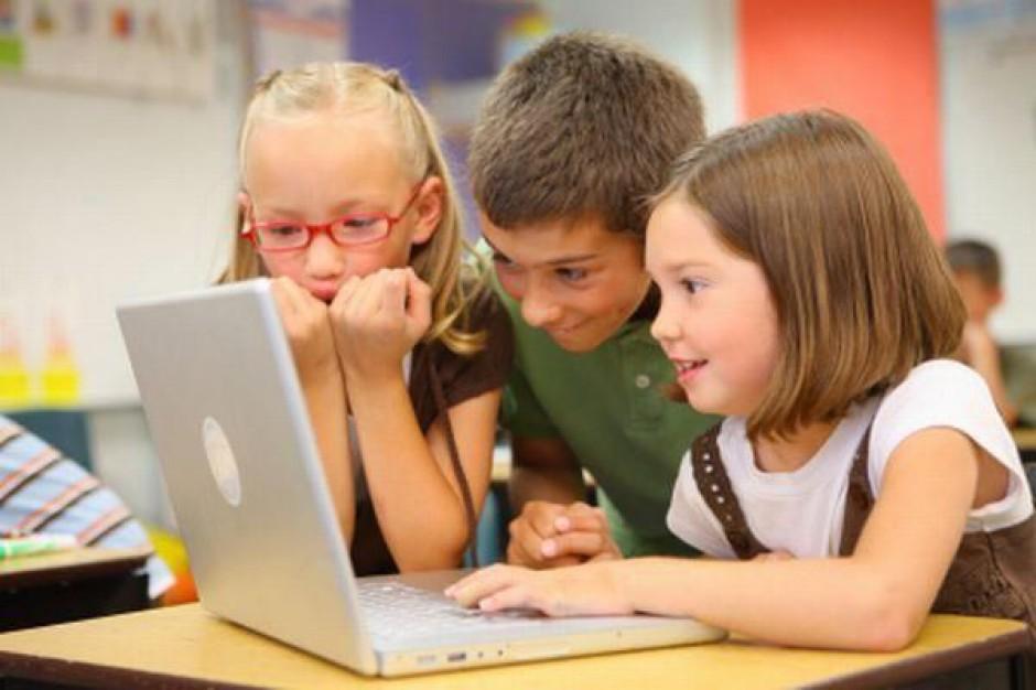 """Dyrektorzy nie radzą sobie z """"Cyfrową szkołą"""""""