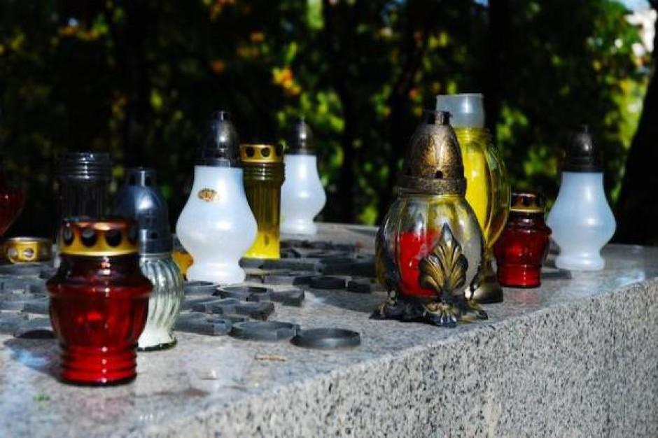 Zbierają pieniądze na ratowania zabytków kieleckiego cmentarza