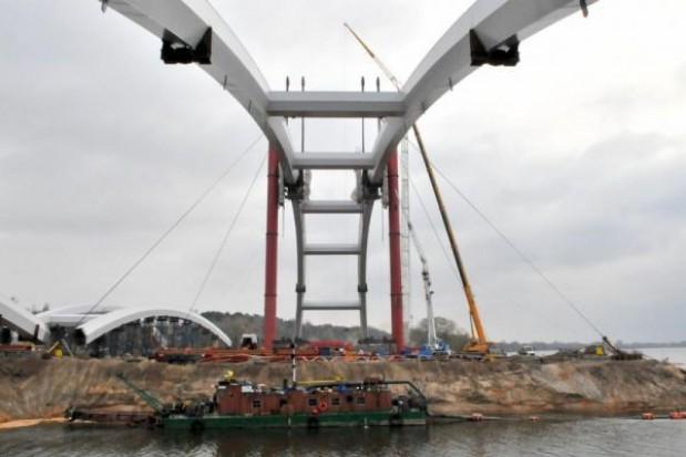 Łuki toruńskiego mostu idą w górę