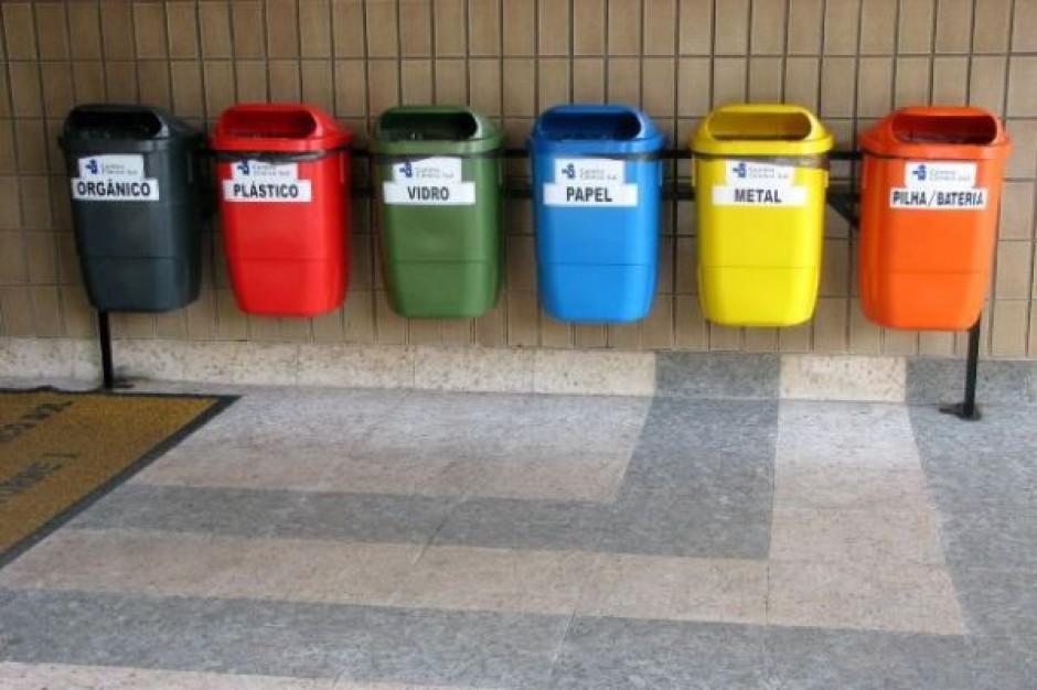 Segregujących odpady Polaków portretwłasny