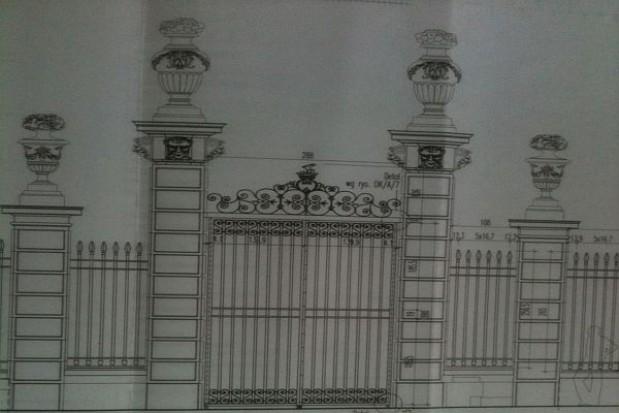Montaż zabytkowej bramy warszawskiego ogrodu