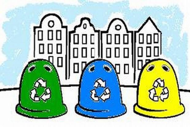 Hostessy przy pojemnikach na śmieci