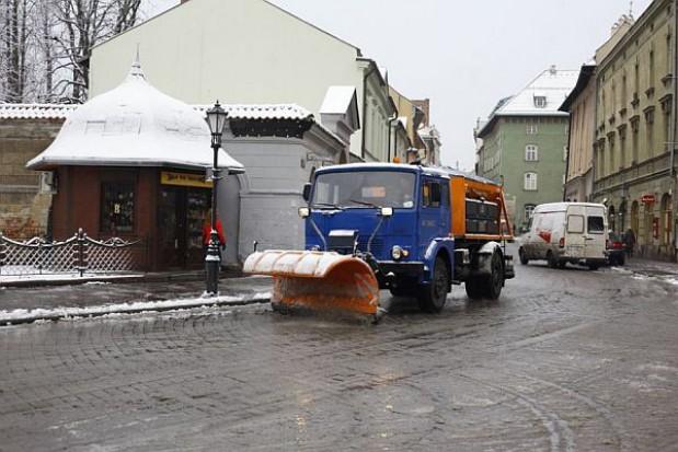 Mimo śniegu ulice w Krakowie są czarne
