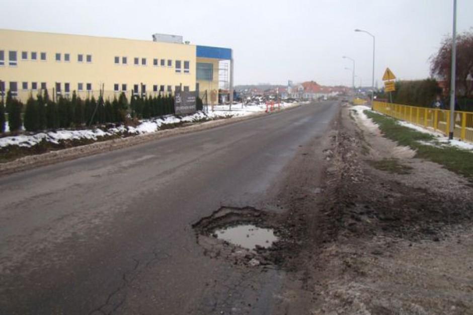Dziurawa ulica Długa w Mierzynie
