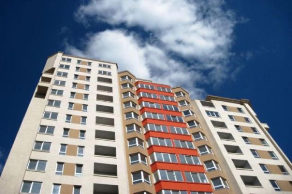 Pierwsi lokatorzy oglądają mieszkania