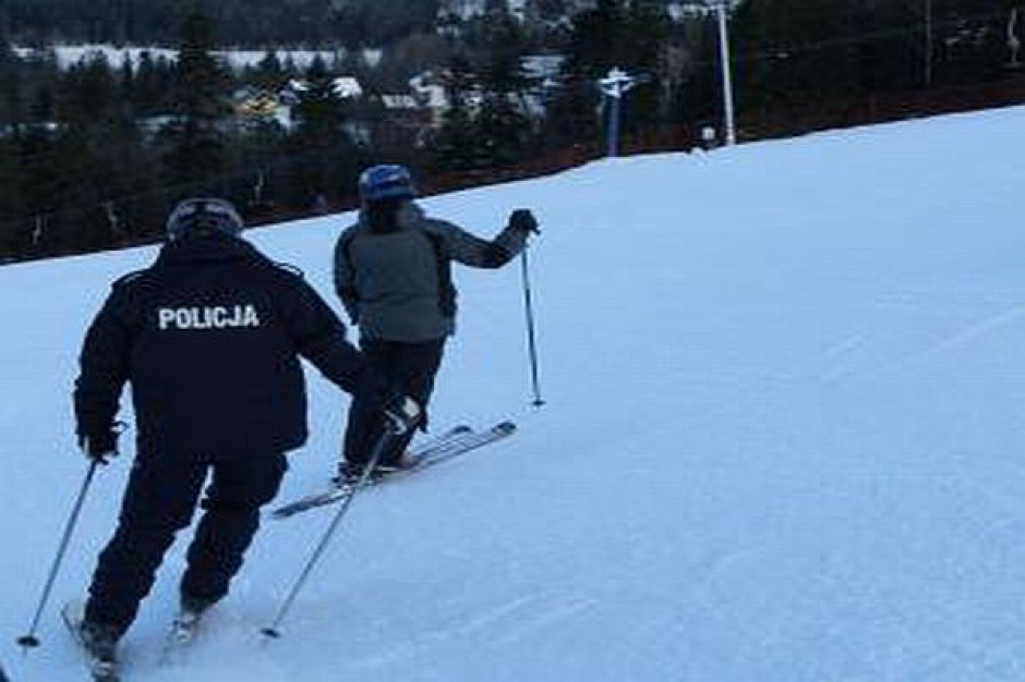 Policjanci patrolują stoki narciarskie