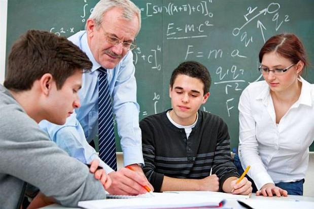 Nauczyciel w pracy zamiast na emeryturze