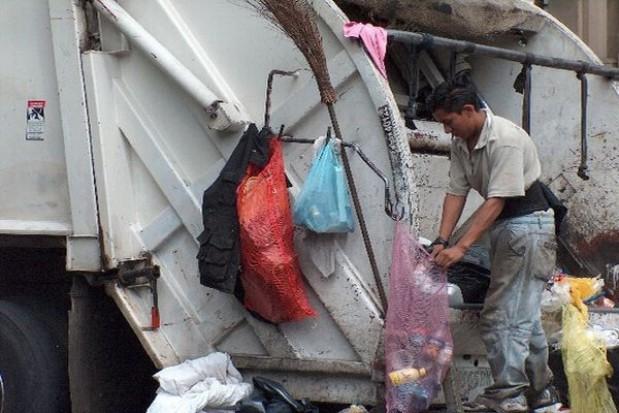 SLD: Spółki gminne powinny odbierać odpady bez przetargu