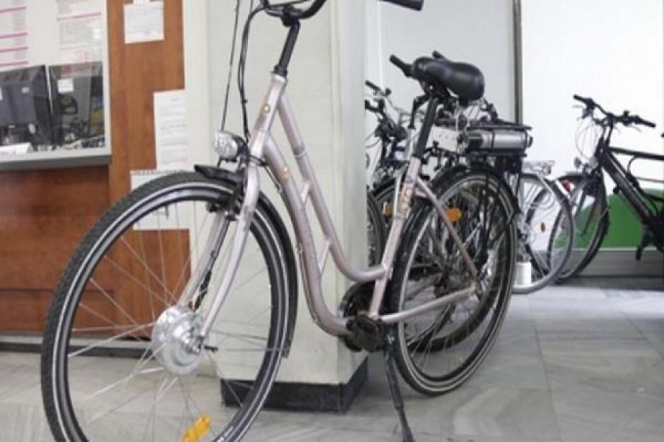 Urzędnik na rowerze w służbowej sprawie