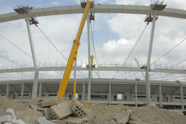 Radni za dalszą budową dachu stadionu