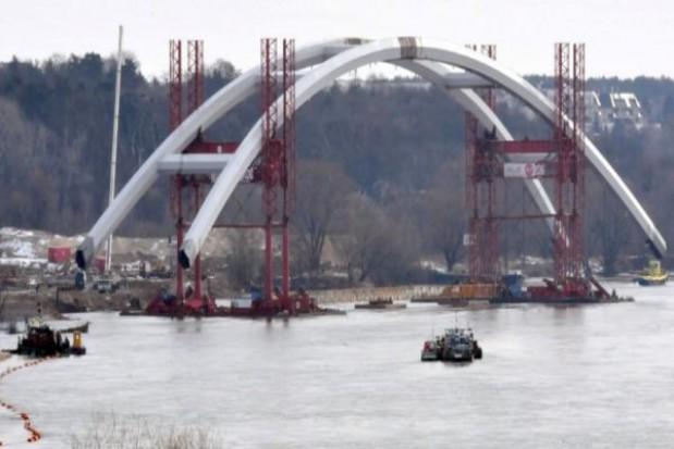Łuki toruńskiego mostu wypłynęły na Wisłę