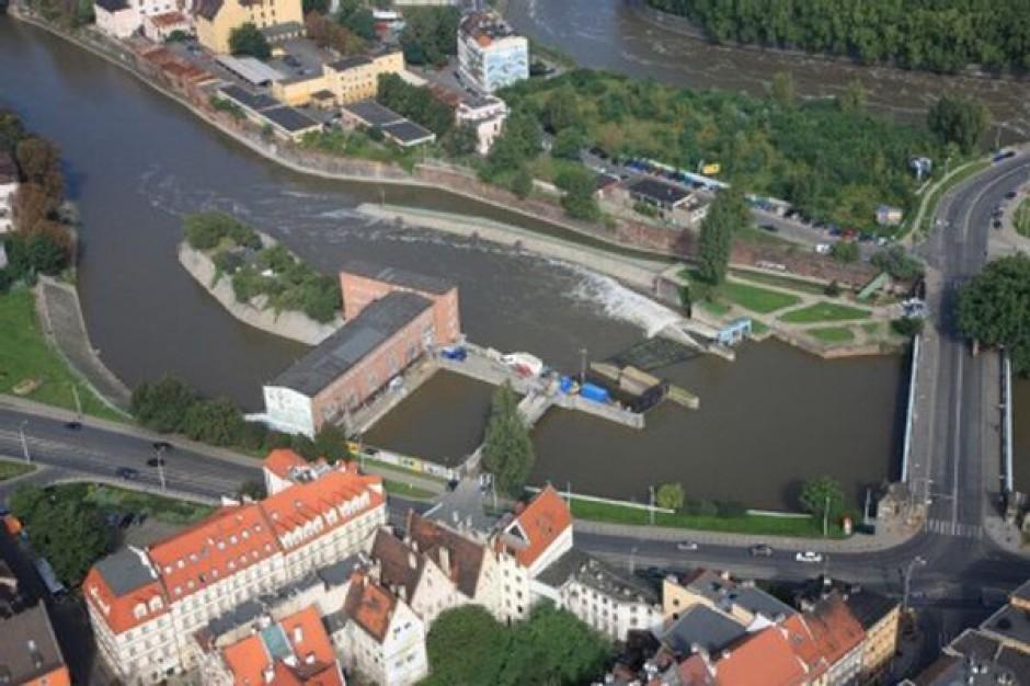 Budowa tamy na kanale powodziowym